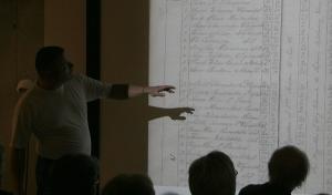 Kjetil Reithaug fra IKAVA viser skoleprotokoll fra Vigmostad