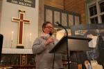 Siri G. Risdal forteller om kirkens inventar.