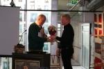Rolf Steinar Bergli deler ut blomster til John Rustad